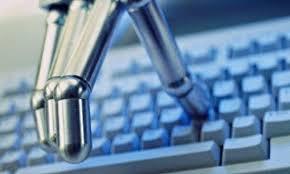 moderne roboterhand auf tastatur