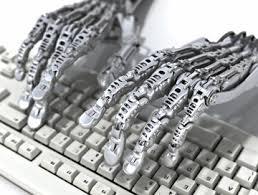 zwei roboterhände auf tastatur