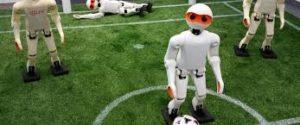 Roboter spielt Fußball